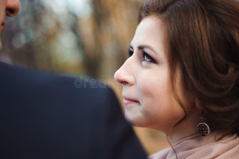 De gangen van het paar in het park Romantisch omhels van jonggehuwden stock afbeelding
