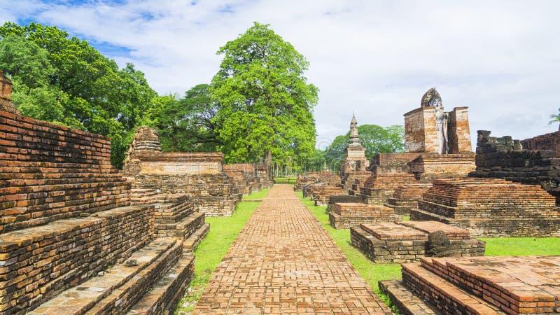De gangmanier in Oude en geruïneerde architectuur bij Thaise tempel royalty-vrije stock afbeeldingen