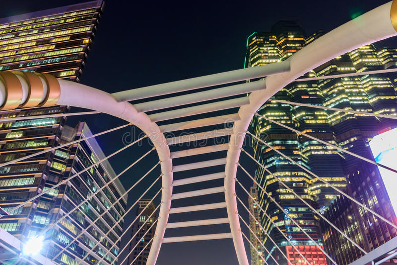 De gangmening van de nachthemel bij de post van Bangkok skytrain stock foto