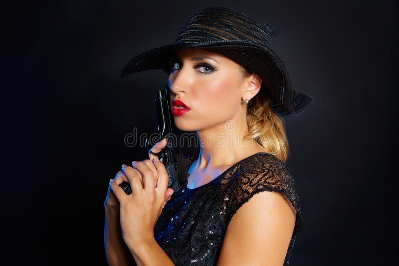 De gangsterstijl van de maniervrouw met pistool stock foto's