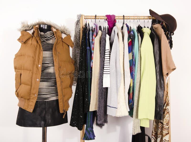 De garderobe met kleren schikte op hangers en een de winteruitrusting op een ledenpop royalty-vrije stock foto's