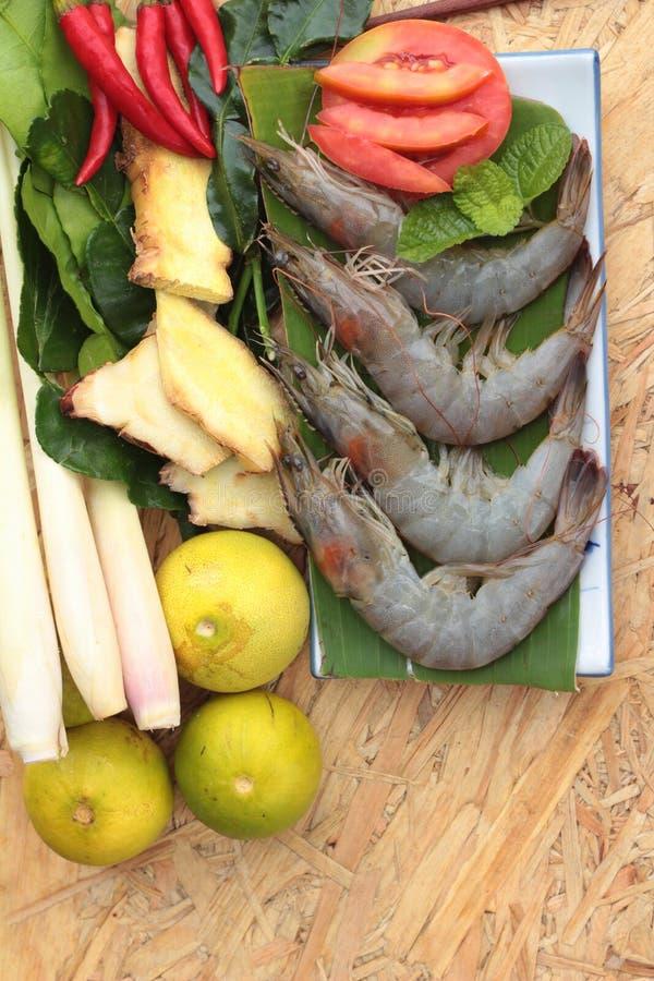 De garnalen en de citroen, Spaanse pepers, citroengras, kaffir kalken bladeren voor kruidige soep royalty-vrije stock afbeelding