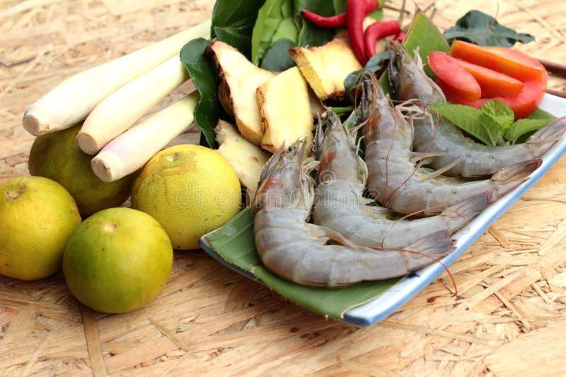 De garnalen en de citroen, Spaanse pepers, citroengras, kaffir kalken bladeren voor kruidige soep stock afbeelding