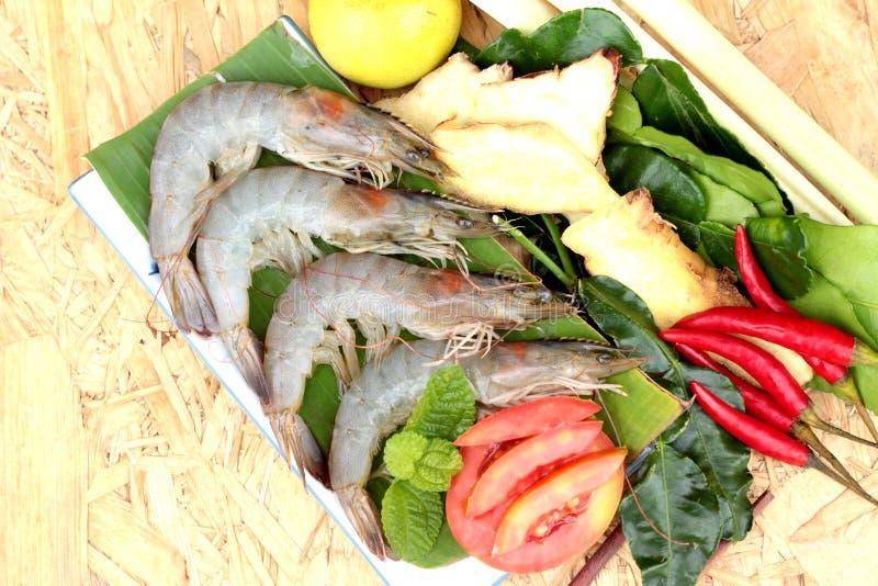 De garnalen en de citroen, Spaanse pepers, citroengras, kaffir kalken bladeren voor kruidige soep royalty-vrije stock foto's