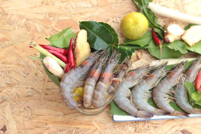 De garnalen en de citroen, Spaanse pepers, citroengras, kaffir kalken bladeren voor kruidige soep stock foto