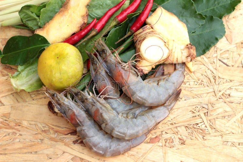 De garnalen en de citroen, Spaanse pepers, citroengras, kaffir kalken bladeren voor kruidige soep stock afbeeldingen
