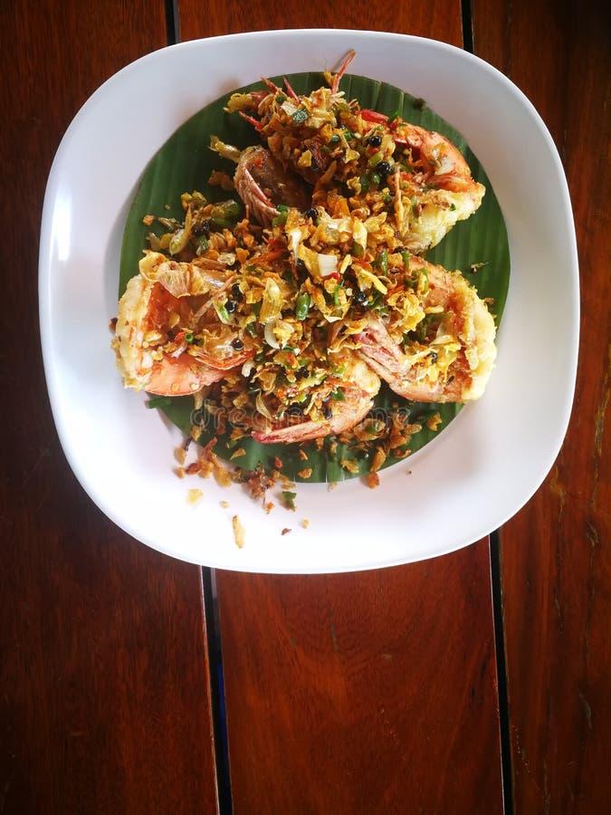 De garnalen met Spaanse pepers worden gebraden en het zout waren beroemd van de zeevruchtenmenu dat van Thailand royalty-vrije stock foto's
