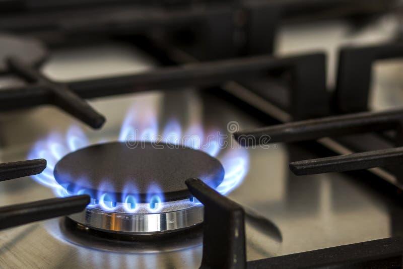 De gas natural en estufa de gas de la cocina en la oscuridad El panel del acero con una hornilla de anillo de gas en un fondo neg fotos de archivo libres de regalías