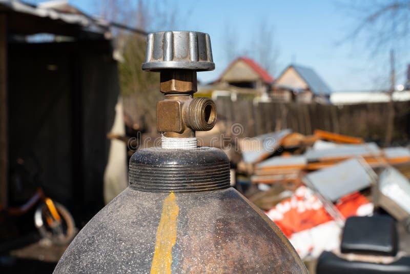 De gasflessen bij de bouwwerf sluiten omhoog stock foto's