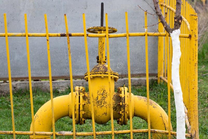 De gaspijp, de gele klep en de gele pijpen royalty-vrije stock fotografie
