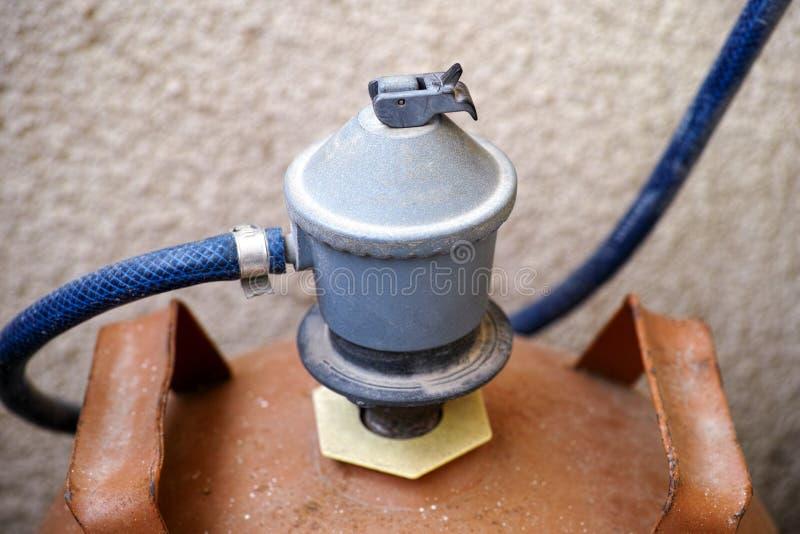 De gasregelgever schakelt gasfles in royalty-vrije stock afbeelding