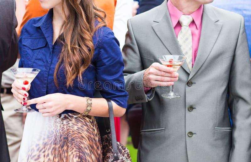 De gasten drinken champagne op de huwelijksceremonie stock fotografie