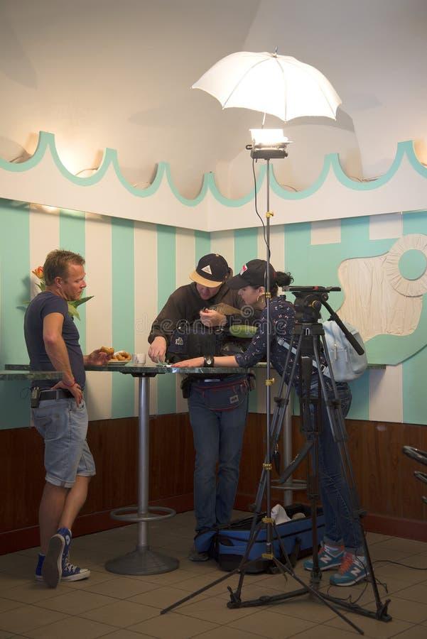 De gastheer van de televisie toont `` ` s liet gaan eet `` op NTV-kanaal John Warren op de reeks van het volgende programma in ou stock afbeeldingen