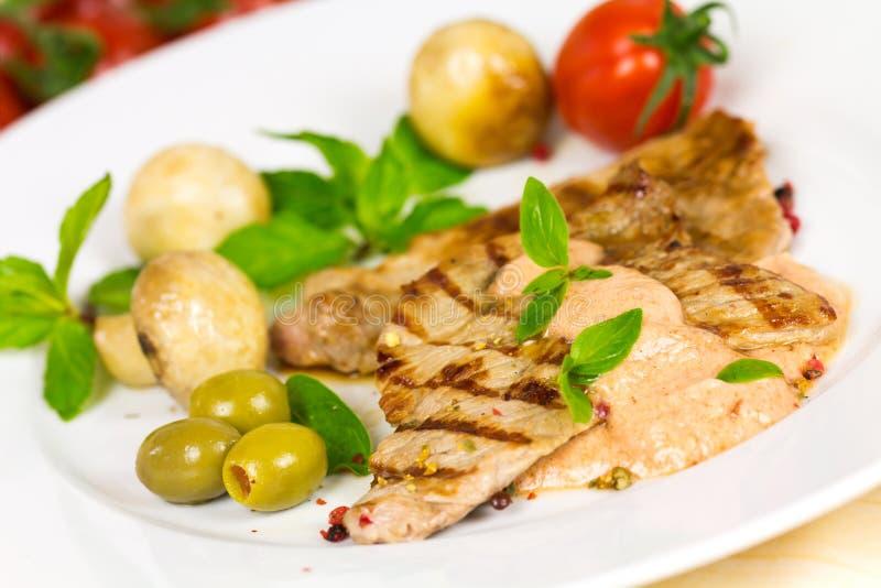 De gastronomische, geroosterde Plakken van het Kalfsvlees met Salade stock fotografie