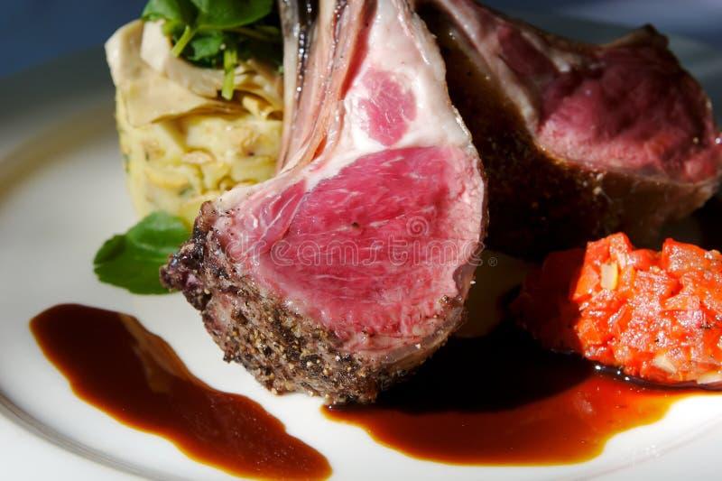 De gastronomische lamskoteletten met versiert royalty-vrije stock foto's