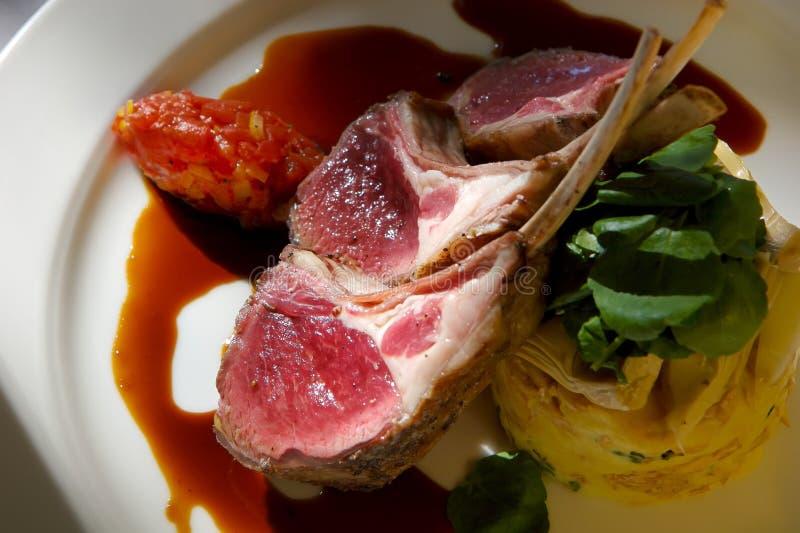 De gastronomische lamskoteletten met versiert royalty-vrije stock afbeeldingen