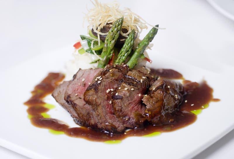 De gastronomische maaltijd van het rundvleesdiner stock afbeeldingen