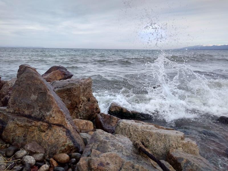 De gastvrije kust van Baikal is gelukkig voor u royalty-vrije stock afbeeldingen