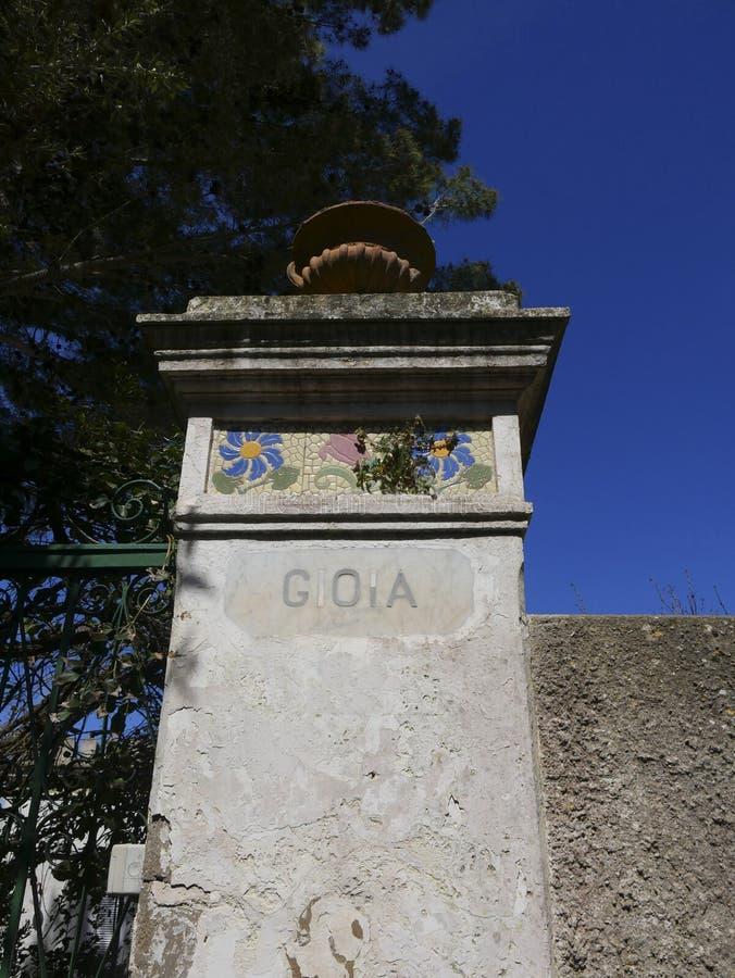 De gateway aan een villa riep Vreugde in Anacapri op het Eiland Capri in Italië stock foto