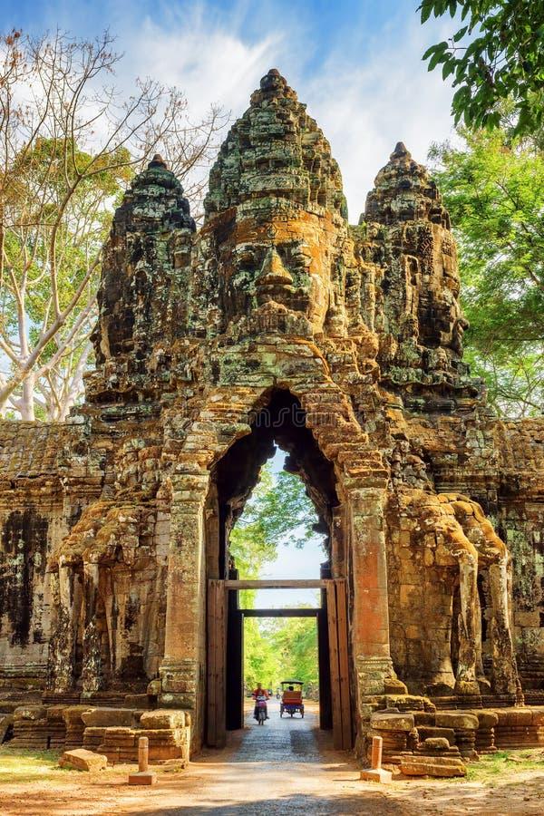 De gateway aan oude Angkor Thom in Siem oogst, Kambodja royalty-vrije stock afbeeldingen