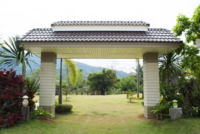 De gatewayingang gaat naar de tuin stock afbeeldingen