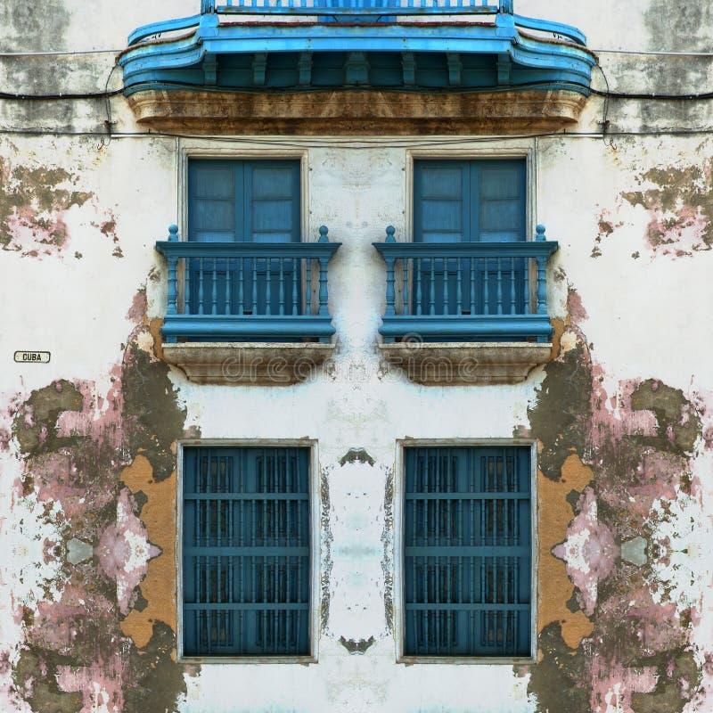 De geërodeerde Oude voorgevel van Havana met blauwe vensters royalty-vrije stock fotografie