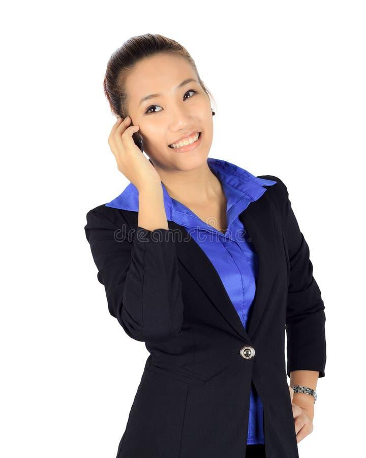 De geïsoleerde jonge bedrijfsvrouw heeft een gesprek op een mobiele pho royalty-vrije stock foto