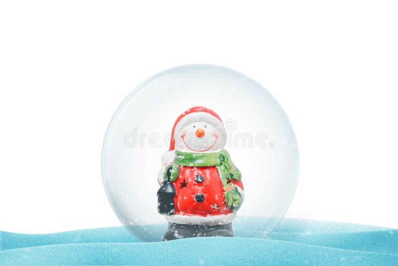De geïsoleerde magische bal van het Kerstmiskristal op sneeuw stock foto