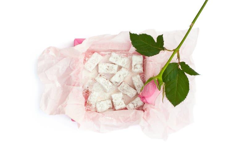 De geïsoleerde zoete verrukking in de doos en roze nam toe royalty-vrije stock afbeeldingen