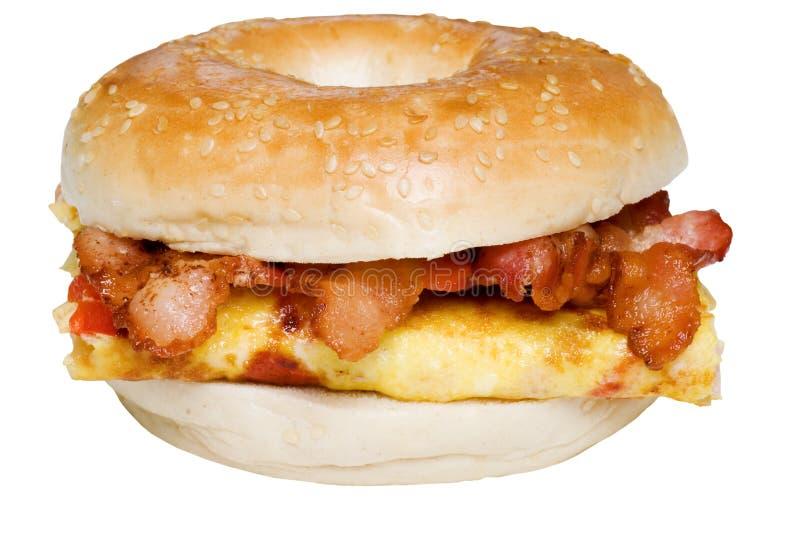 De geïsoleerdea Omelet van het Ongezuurde broodje en baconsandwich dicht omhoog stock fotografie
