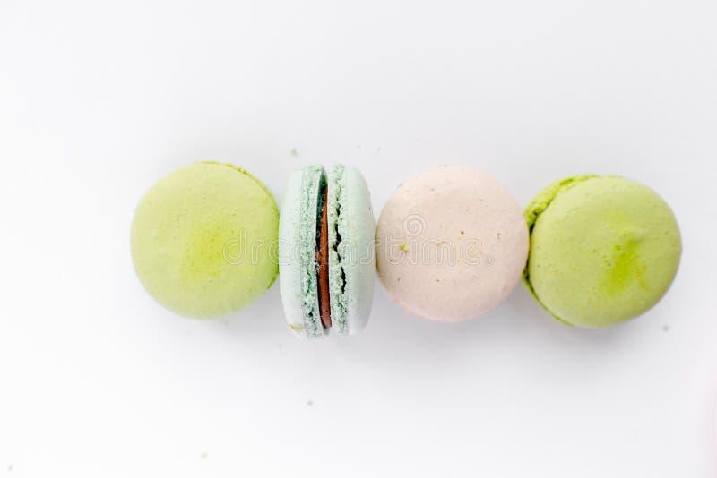 De geassorteerde makarons in ambachtdocument vakje vlakte lagen Koekjes op witte lijstachtergrond Smakelijke koekjes in open kart stock foto's