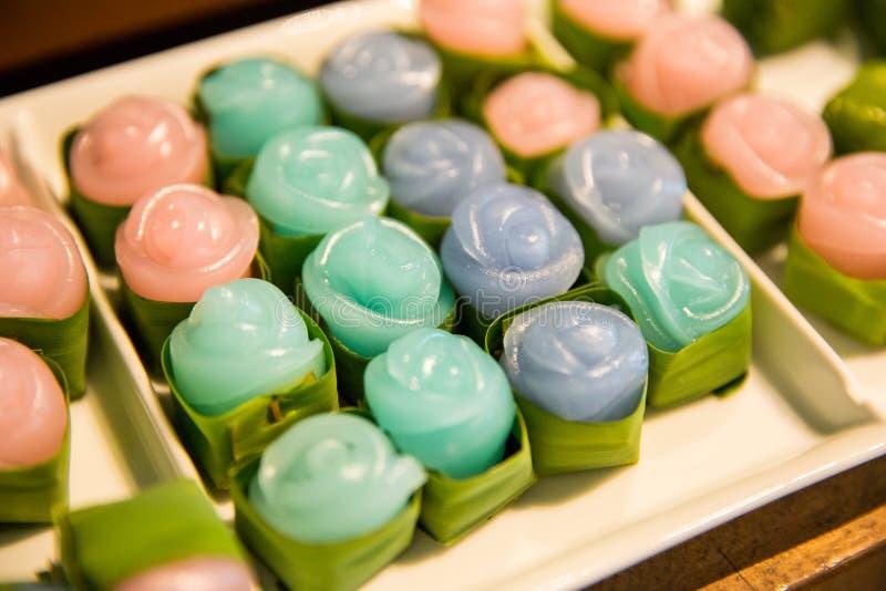 De geassorteerde Thaise Zoete Cake Kanom Chan van de dessertlaag in banaanblad royalty-vrije stock foto