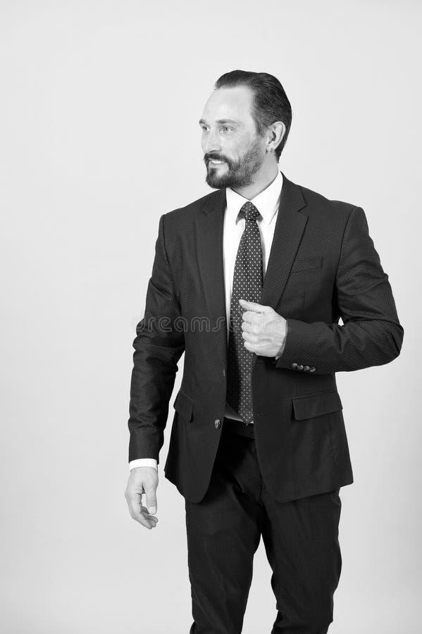 De gebaarde manager houdt hand op klep van kostuumjasje stock afbeeldingen