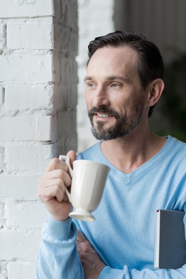 De gebaarde mens die van Nice van zijn koffie genieten stock fotografie