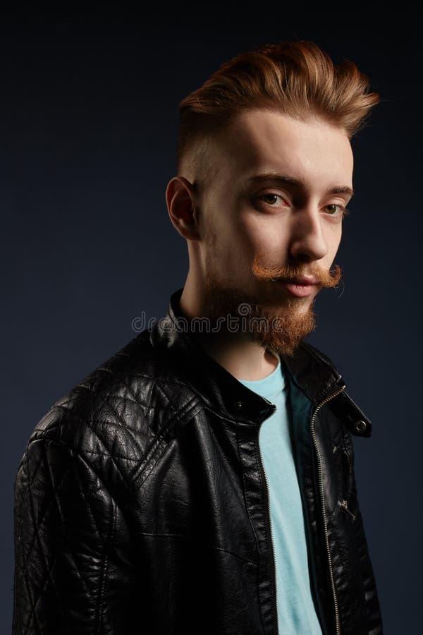 De gebaarde mens met creatieve grappige baard, snor heeft ernstig gezicht stock fotografie