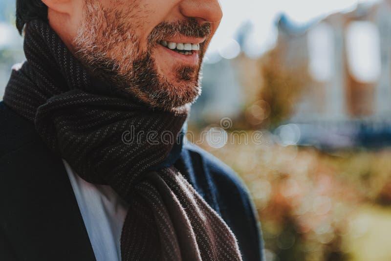 De gebaarde mens met stoppelveld glimlacht in openlucht royalty-vrije stock foto