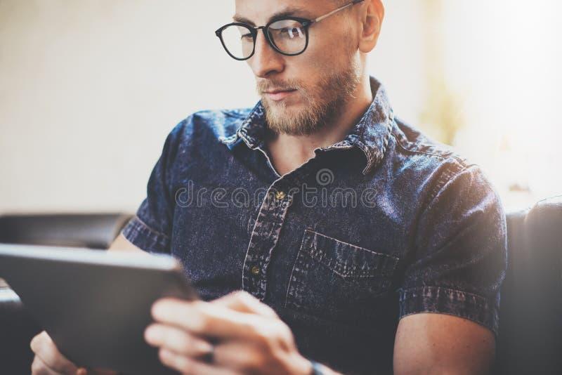 De gebaarde van het het apparaten moderne Binnenlandse Ontwerp van de manager werkende tablet de Zolderbouw De mens ontspant de U royalty-vrije stock fotografie