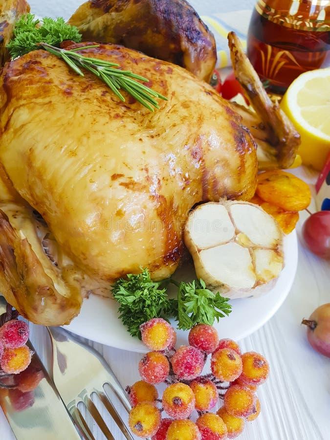 de gebakken kip braadde het gehele plaatsende diner van de dankzeggingsdecoratie eigengemaakt gekookt Kerstmiswit op een houten a stock afbeeldingen