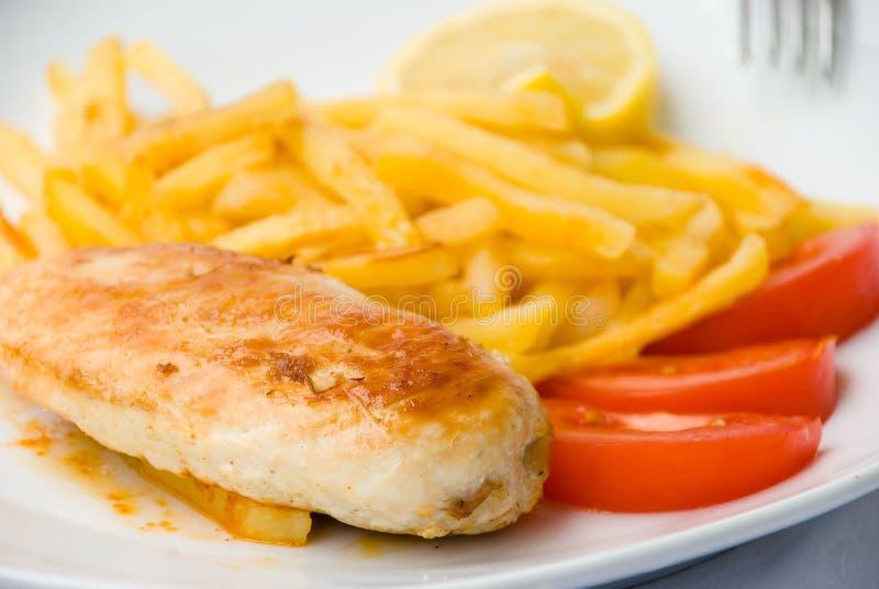 De gebakken kippenborst met fren royalty-vrije stock afbeelding