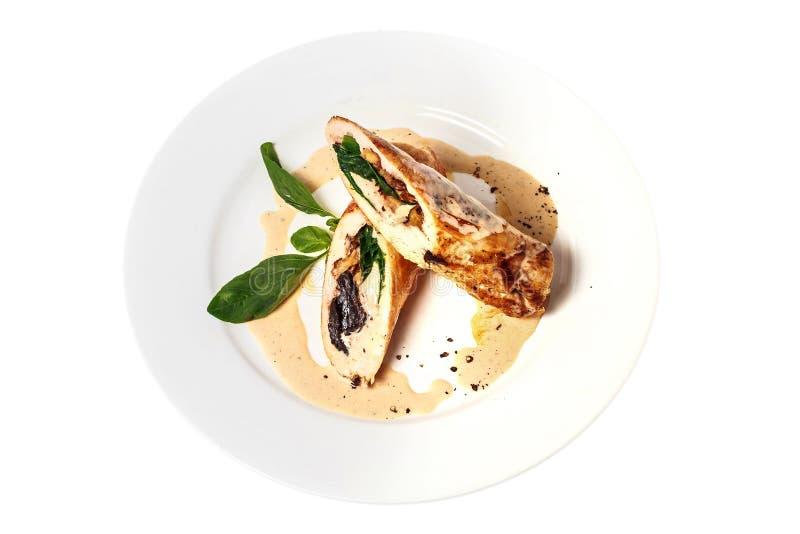 De gebakken kruidige kip rolt met paddestoelen, noten, kaas, groene basilicum en roomsaus op ronde plaat Hoogste mening Geïsoleer royalty-vrije stock afbeelding