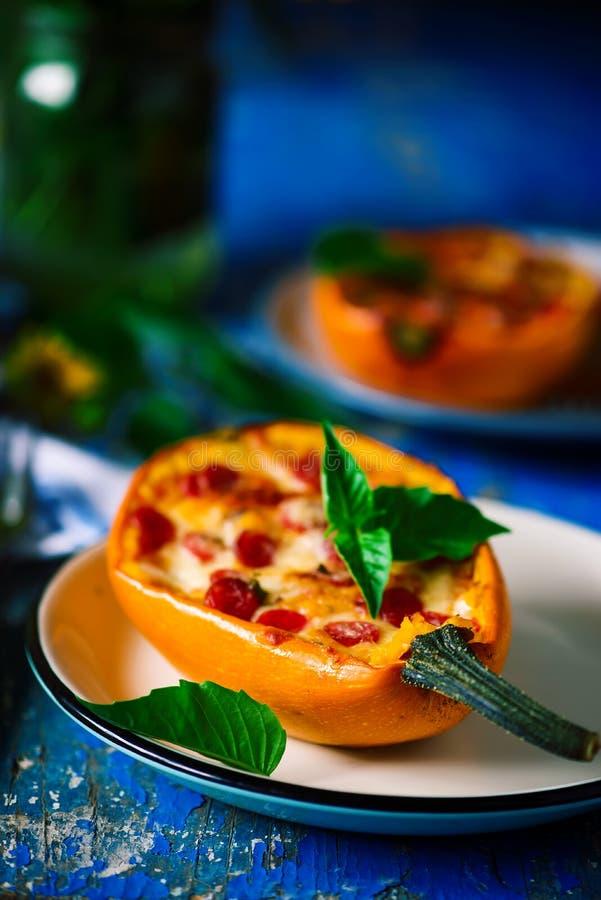 De gebakken pizza van de spaghettipompoen Stijlplattelander royalty-vrije stock afbeeldingen