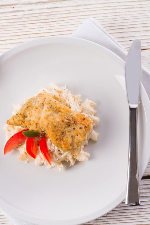 De gebakken vissen met selderiesalade royalty-vrije stock afbeeldingen