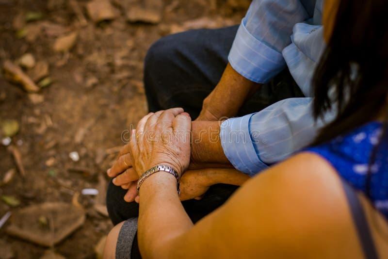 De gebaren van affectie duren tot oude dag waar er ware liefde is stock afbeelding