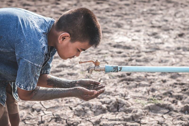 De gebarsten droge grond toe te schrijven aan droogte stock afbeelding