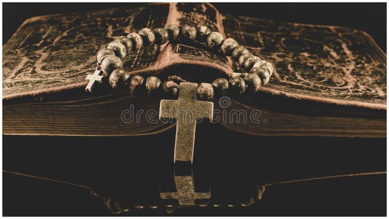 De gebedband ligt op een oude bijbel royalty-vrije stock afbeeldingen