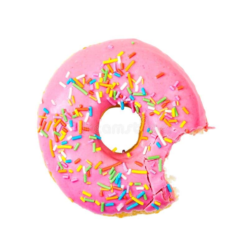 De gebeten aardbeidoughnut met kleurrijk bestrooit Hoogste mening stock foto