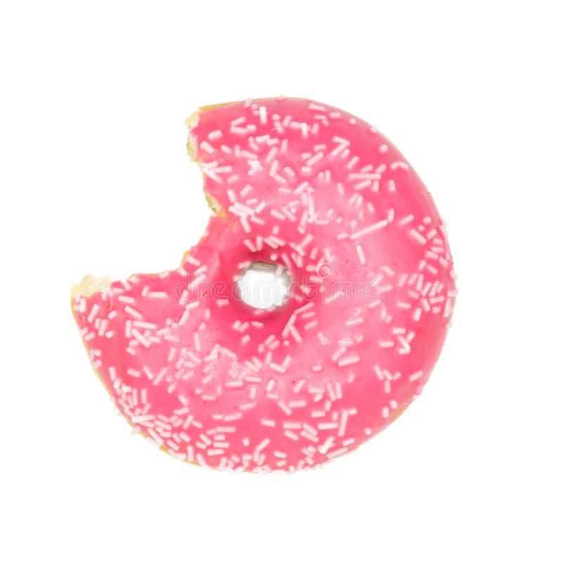 De gebeten roze aardbeidoughnut met wit bestrooit geïsoleerd op wit stock afbeelding