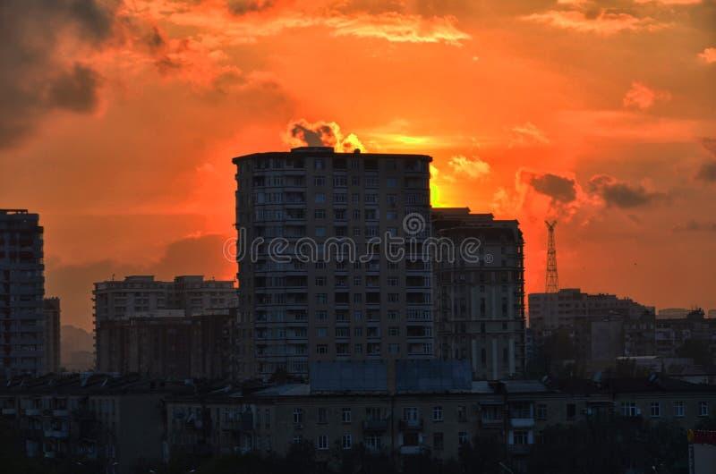 De gebouwen bij zonsondergang, enkel de horizon tonen kleurrijke nacht Azerbeidzjan Baku Mooie Silhouetzonsondergang over de Baku stock afbeeldingen