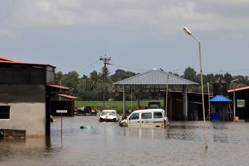 De gebouwen en de auto's zijn overstroomd met regenwater royalty-vrije stock fotografie