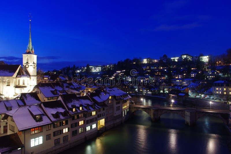 De gebouwen en de bomen van bruguntertorbrucke bij Aare-rivier in Bern Switzerland royalty-vrije stock foto's